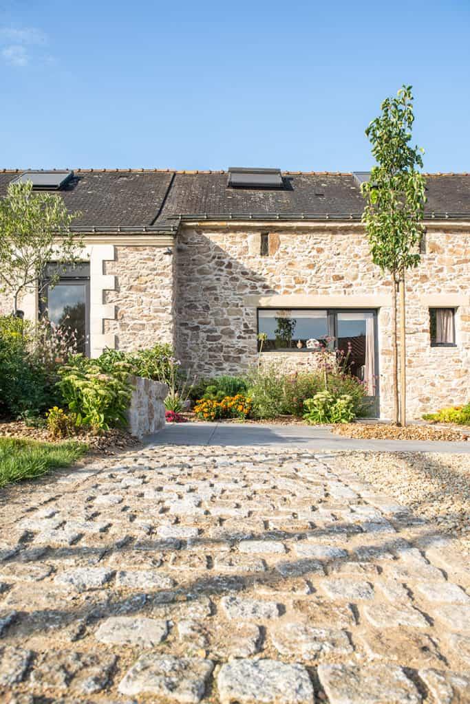 maison en pierre et son allée pavée
