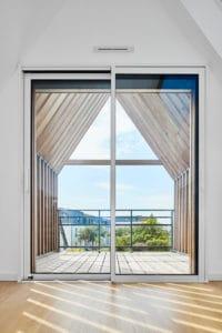 baie vitrée donnant sur le balcon de l'extension