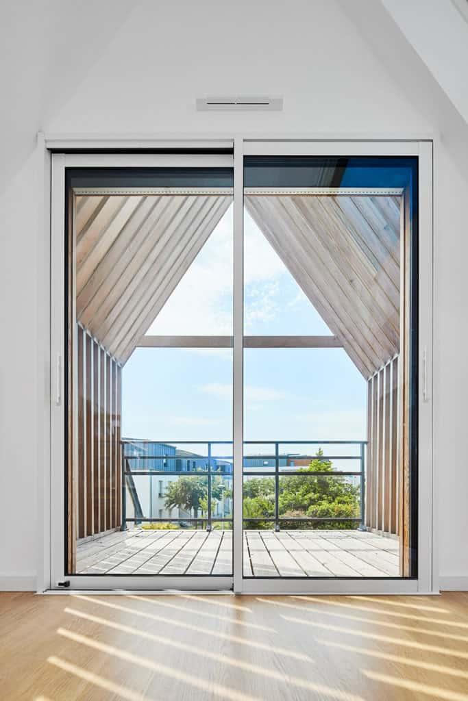 baie vitrée donnant sur le balcon de l'extension à Rennes