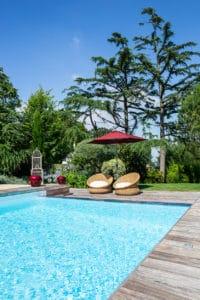 bord de piscine et fauteuil chic