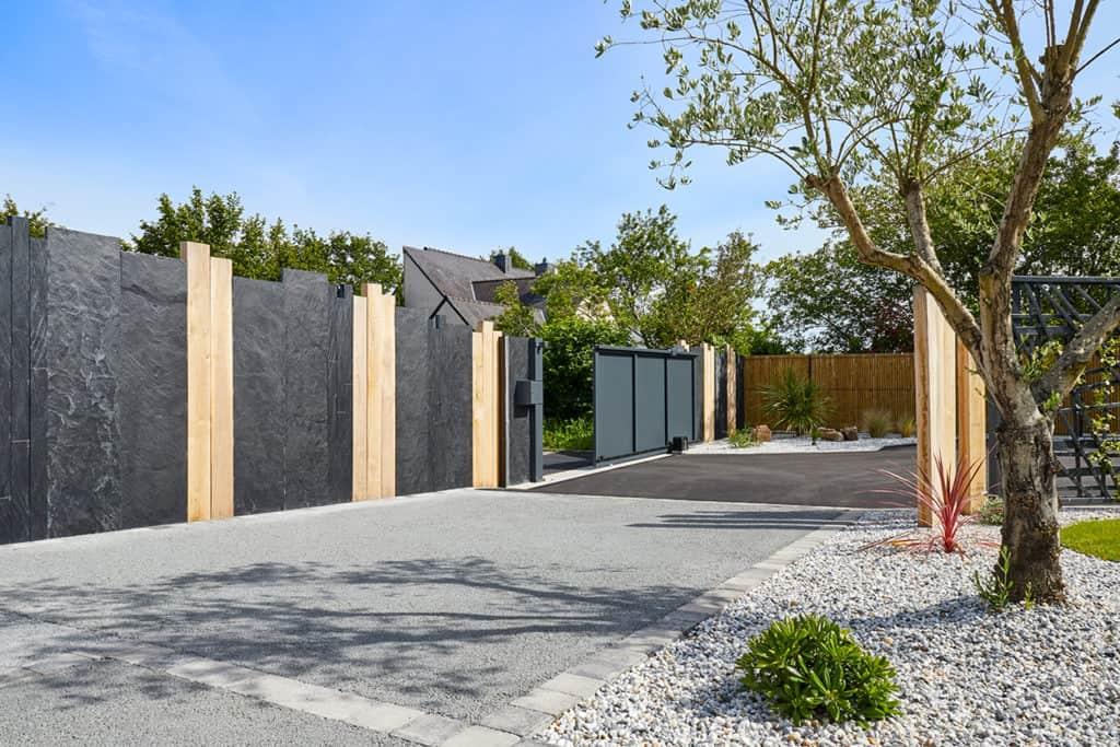 Cloture design avec le portail séparant le jardin