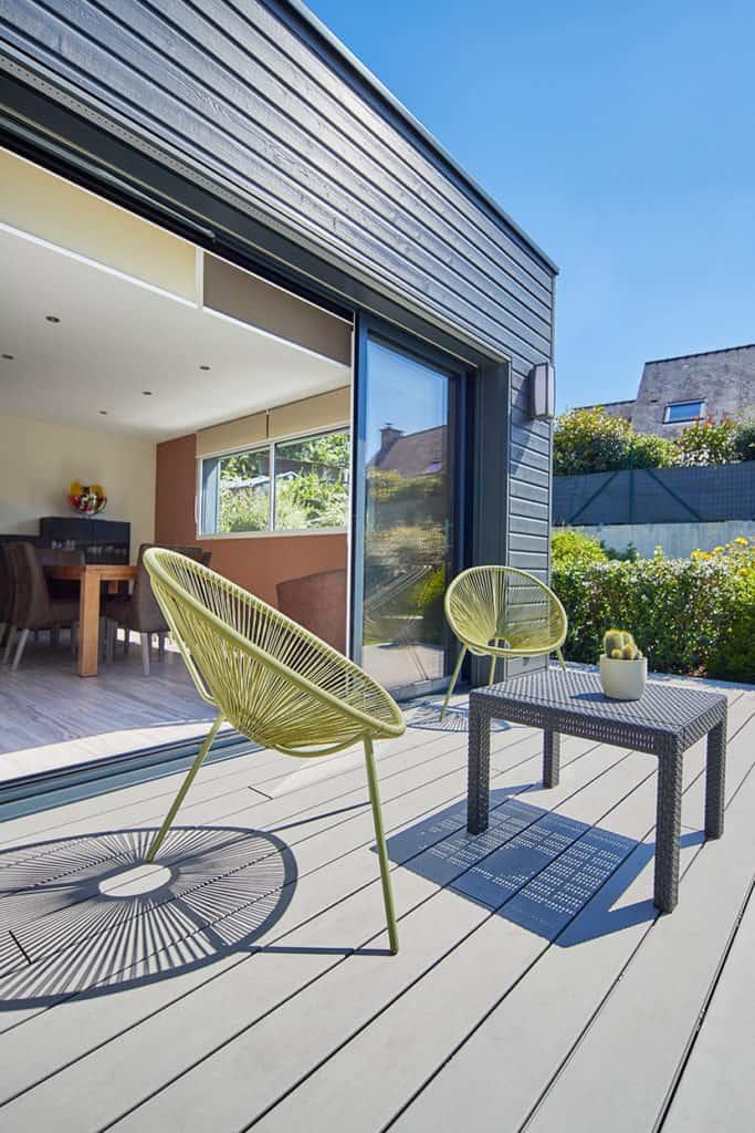 terrasse de l'extension avec fauteuil design