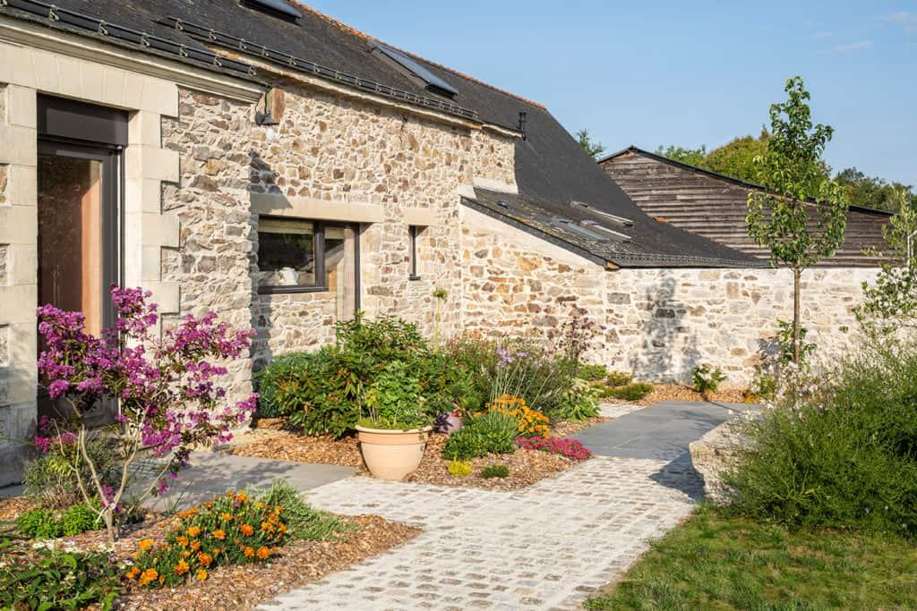 maison en pierre entrée