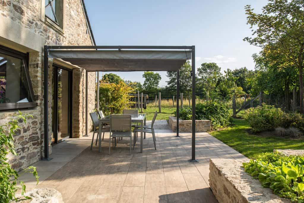 maison en pierre pergola métal terrasse