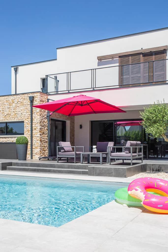 piscine avec bouée et parasol rose