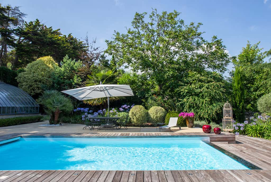 piscine et grand jardin