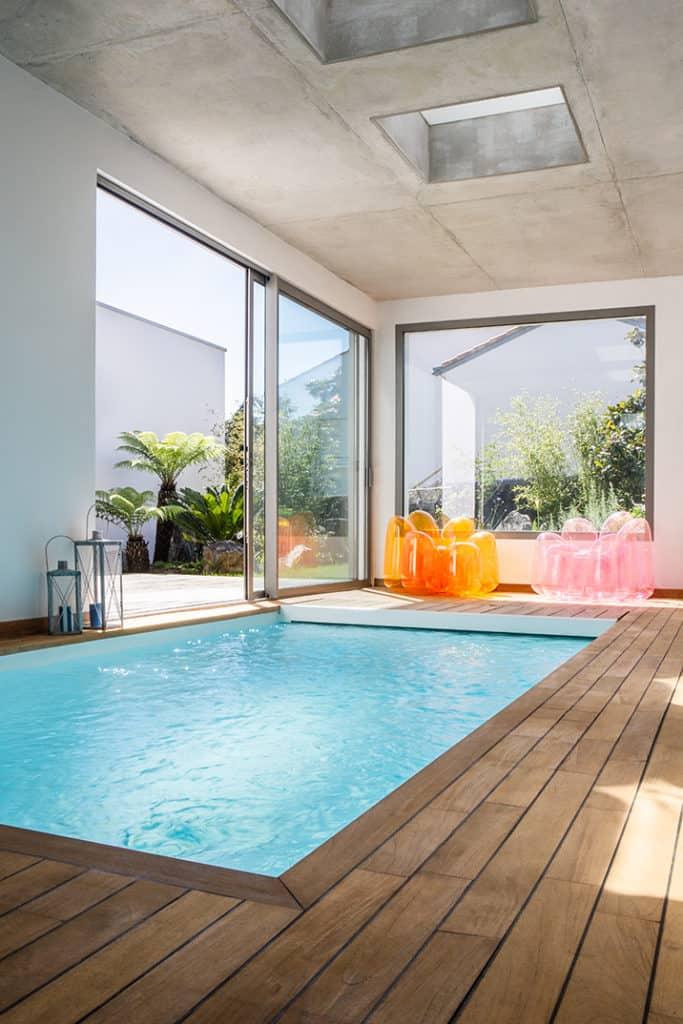 piscine intérieure et toit béton