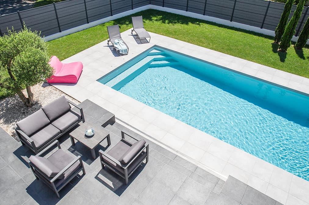 vue aérienne de la piscine et terrasse