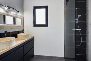 salle de bain noire et blanc