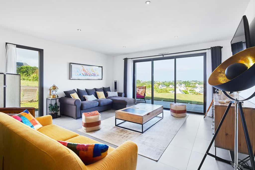 grand salon avec canapé jaune