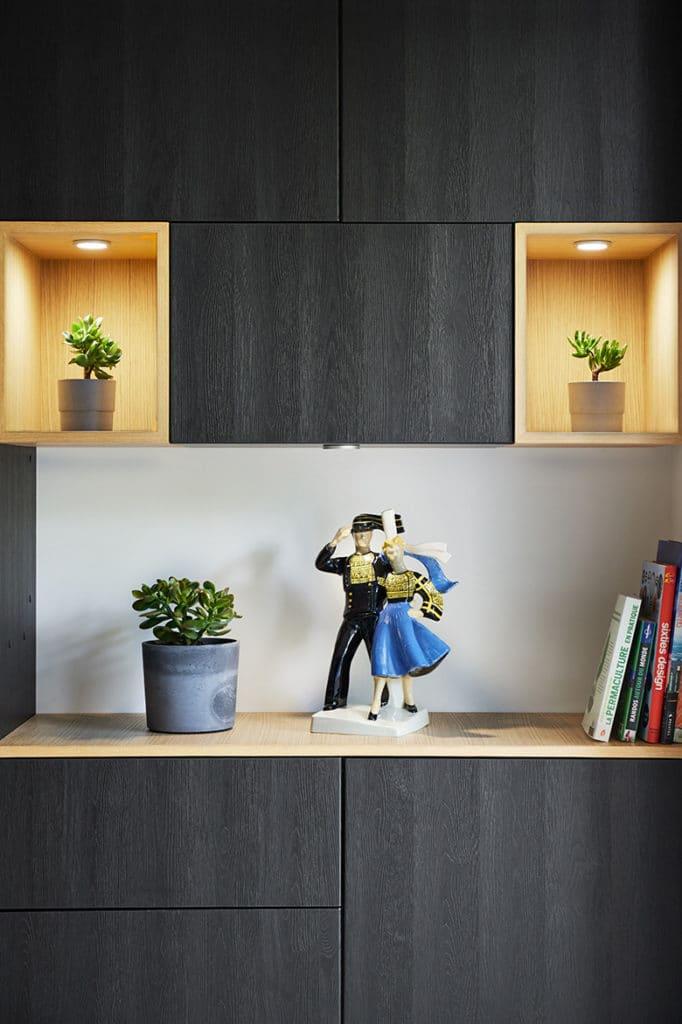 déco pour meuble TV noir et niches en bois