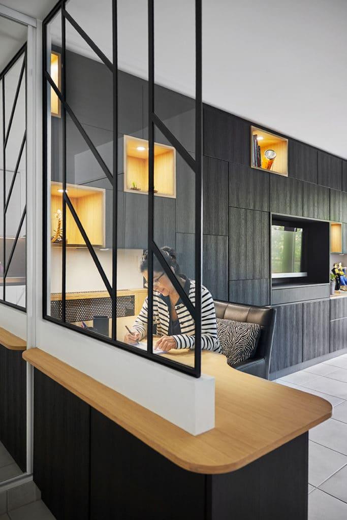 espace bureau avec verrière, décoration noire et bois