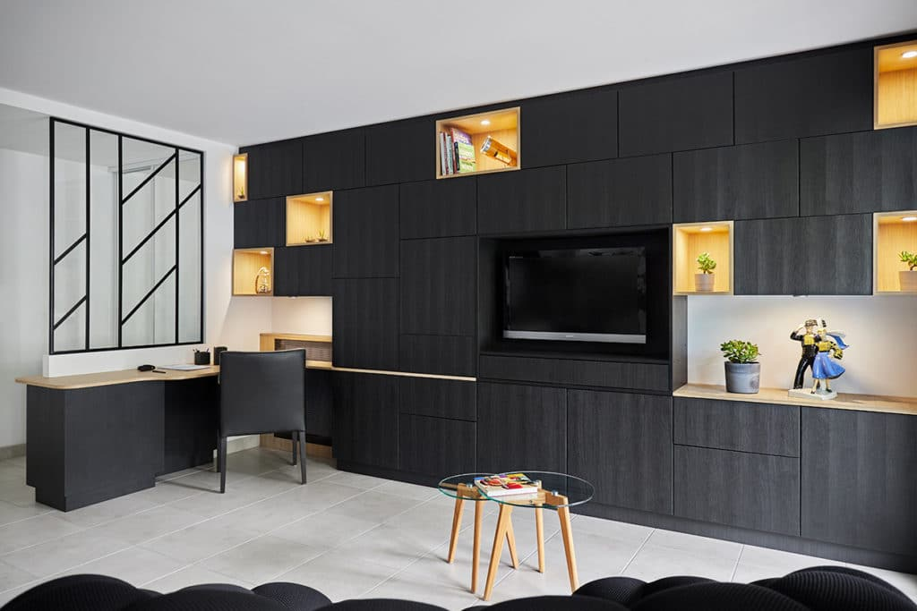 meuble TV rengement et coin bureau dans un salon à Nantes