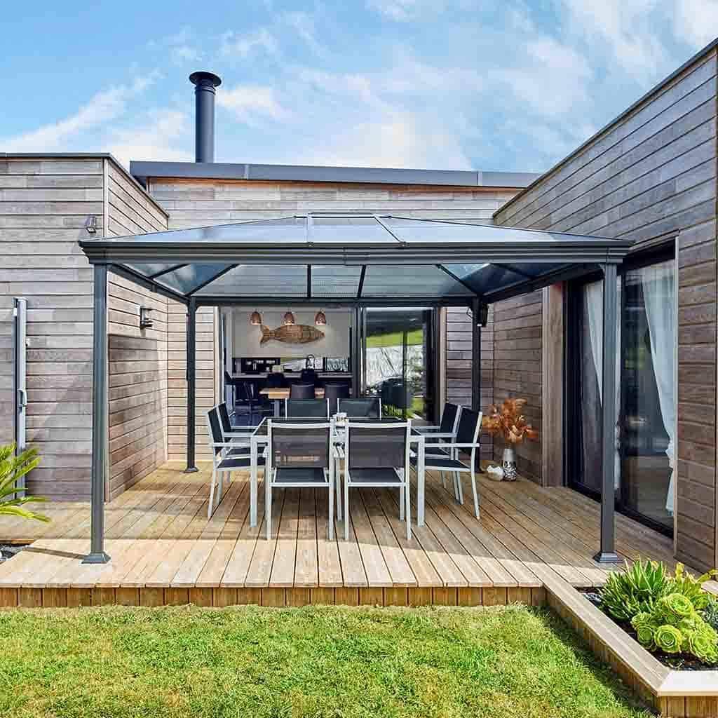 Contructeur maison bois avec terrasse et pergola métalique
