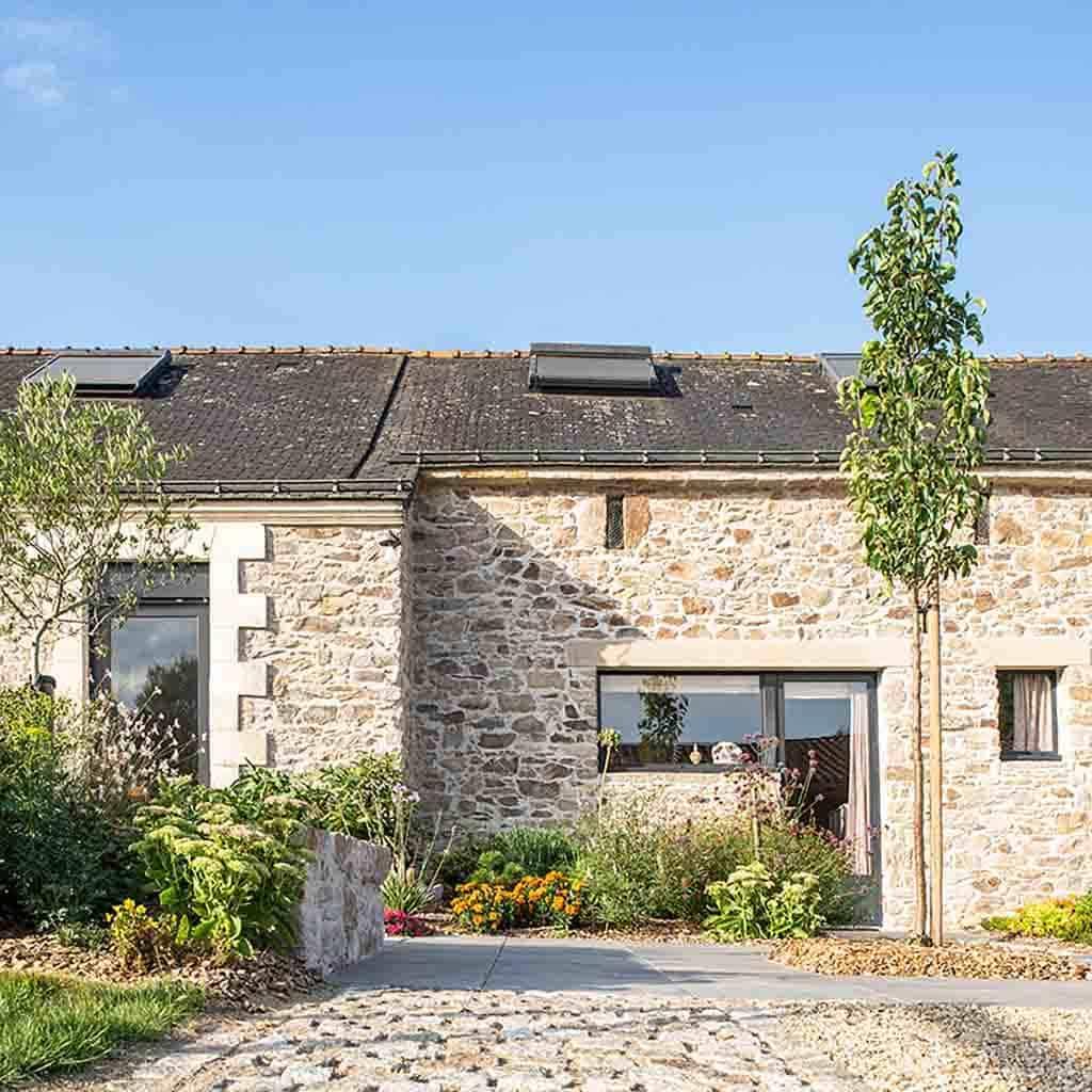 maison de charme en pierre apparente rénovée avec aménagement paysager