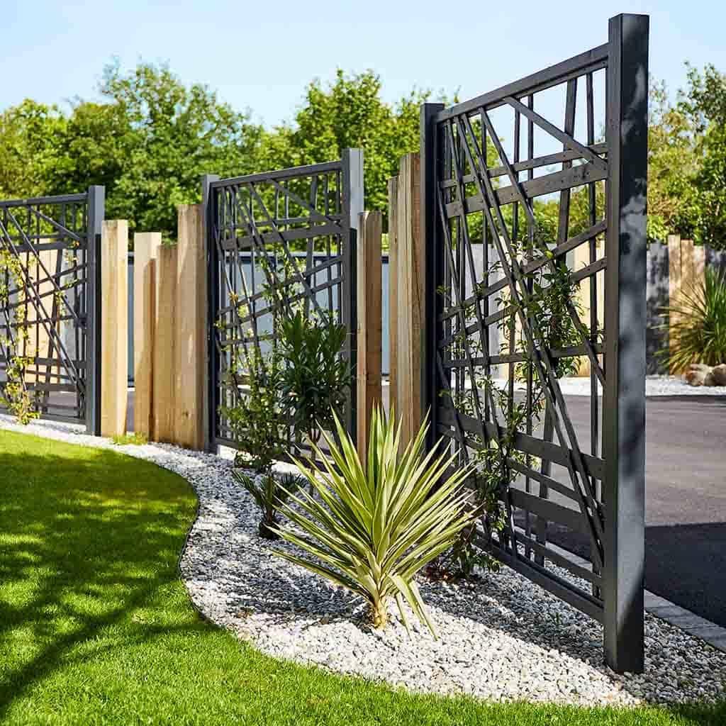 Brise vue géométrique en bois naturel et noir pour structuré le jardin