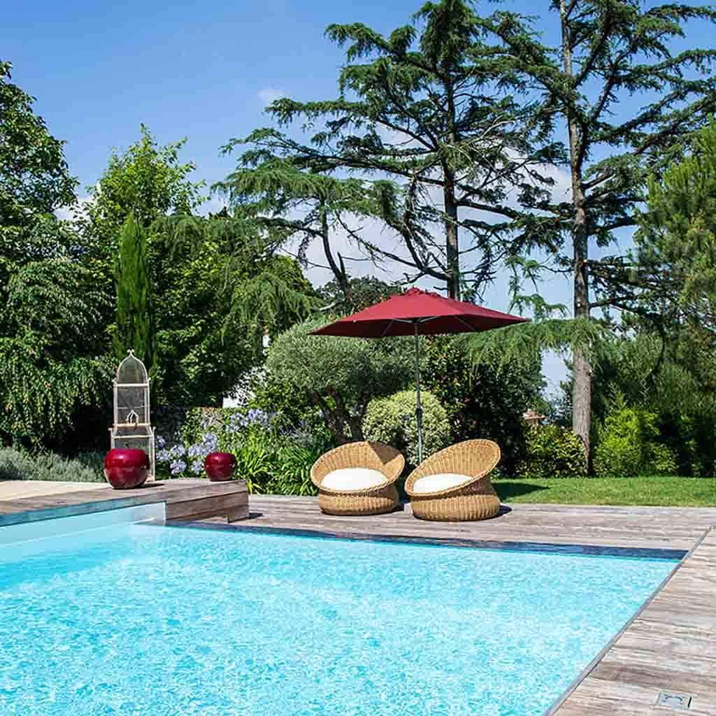 maison de famille avec piscine et mobilier extérieur haut de gamme