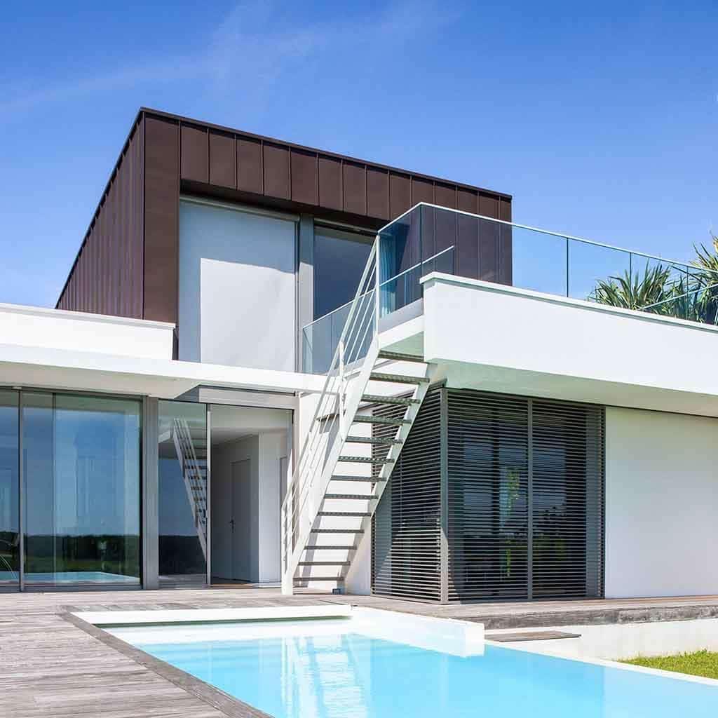 maison d'architecte avec balcon et piscine extérieure à débordement