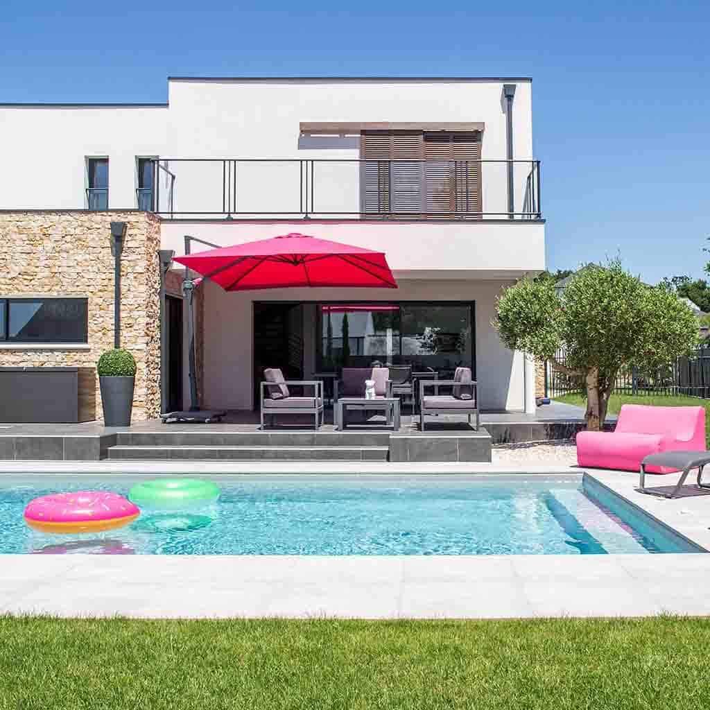 Maison d'architecte moderne avec piscine et salon de jardin aux couleurs pop