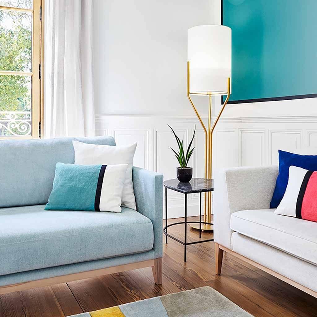 Salon d'un manoir avec deux canapé en tissus, décoration colorée bleue