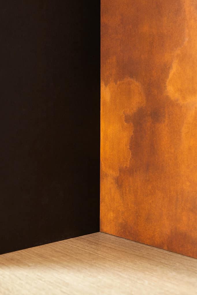 détails des contraste de couleurs : noir, bois et rouille