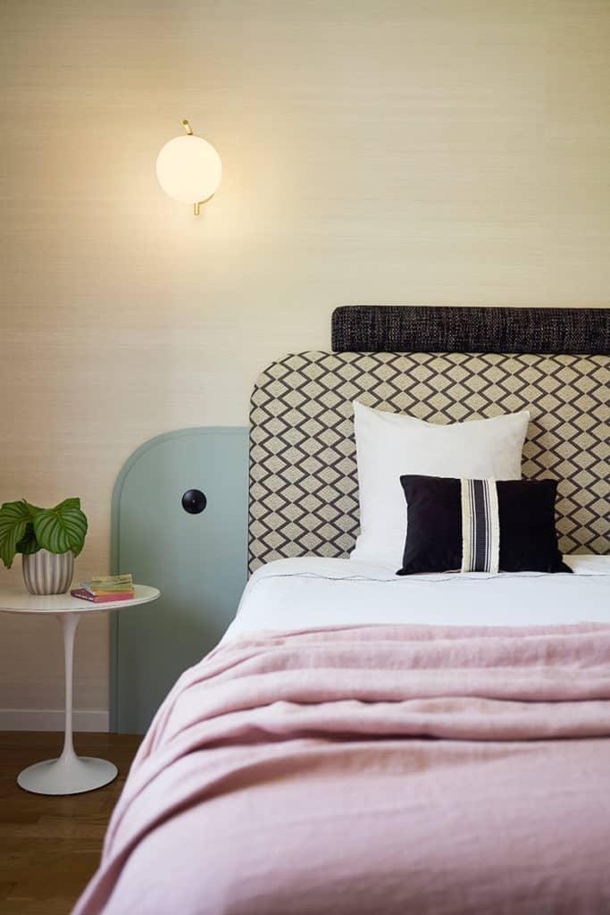 Vue de face du lit et de l'ensemble de la décoration