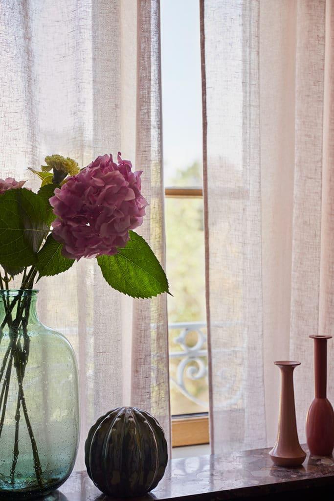 détail de décoration devant fenêtre