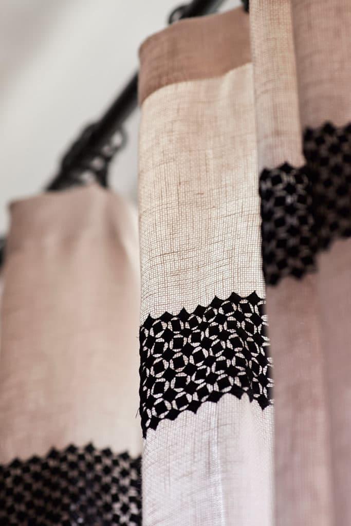 rideau rose avec broderie noire