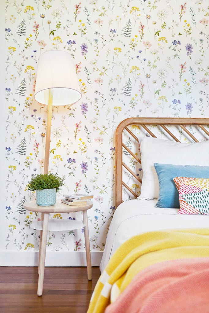 tête de lit et papier peint fleuri