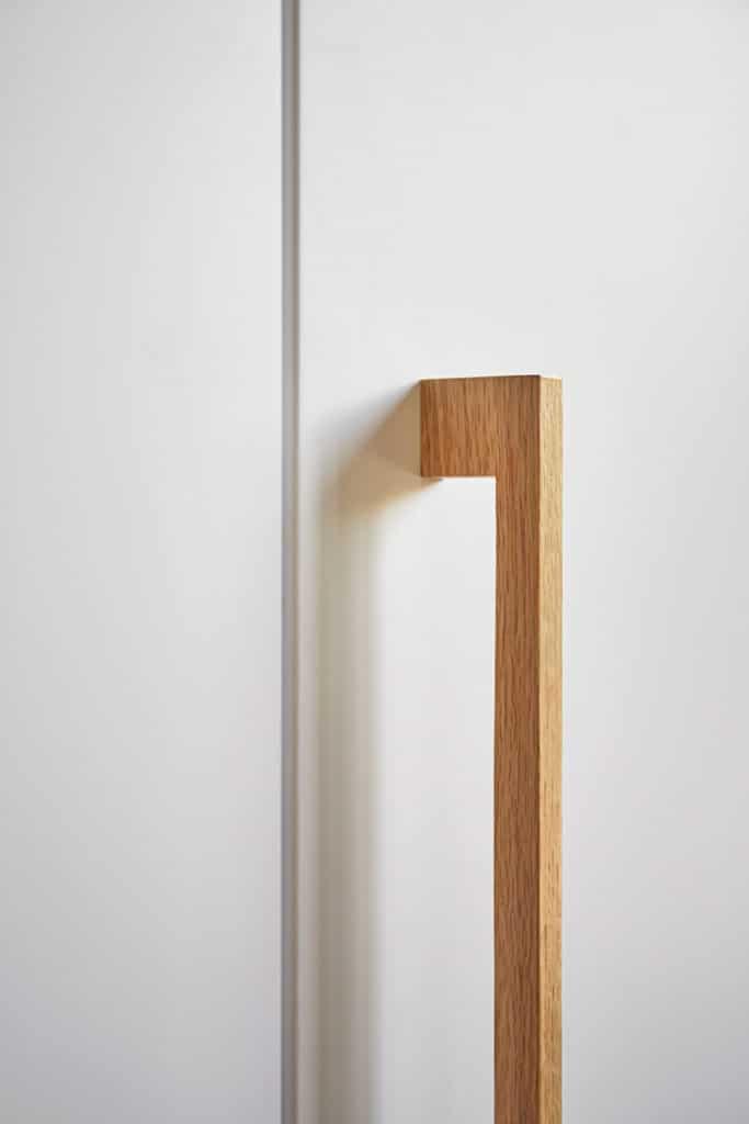 détails d'une poignée en bois pour placard