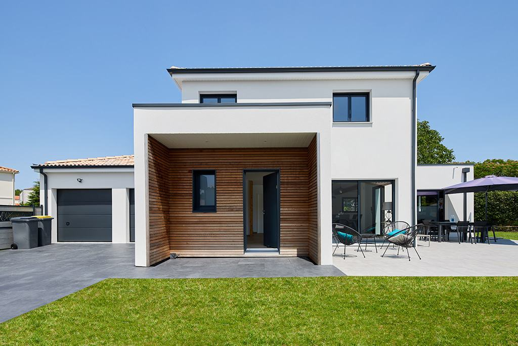 Façade de l'entrée avec un détail d'architecture K en bois