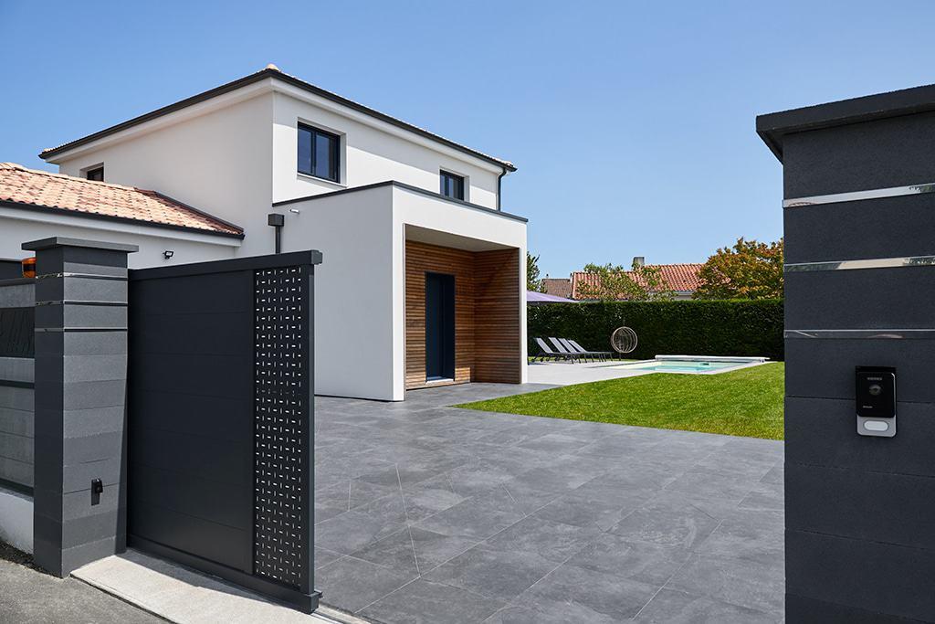 entré de la propriété et découverte de l'architecture K de cette maison moderne