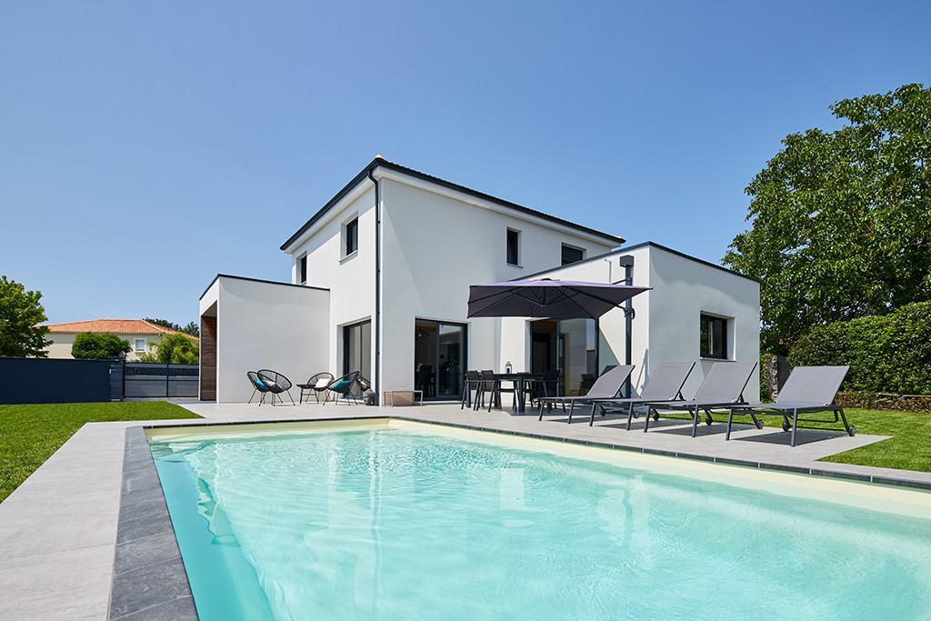 vue générale de l'architecture K de la maison avec la piscine
