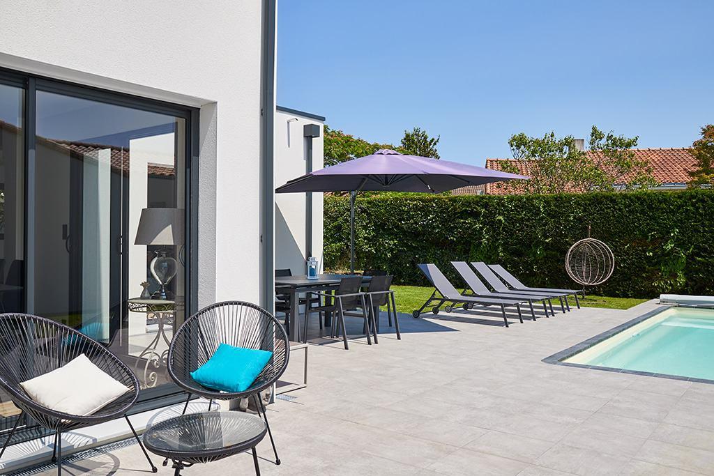 Les différents espaces terrasse avec le salon d'été et l'espace repas pensé grâce à l'architecture K