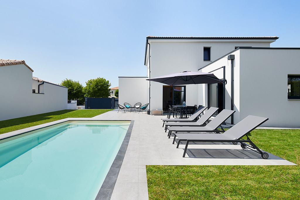 espace extérieur avec la plage de la piscine - Architecture K