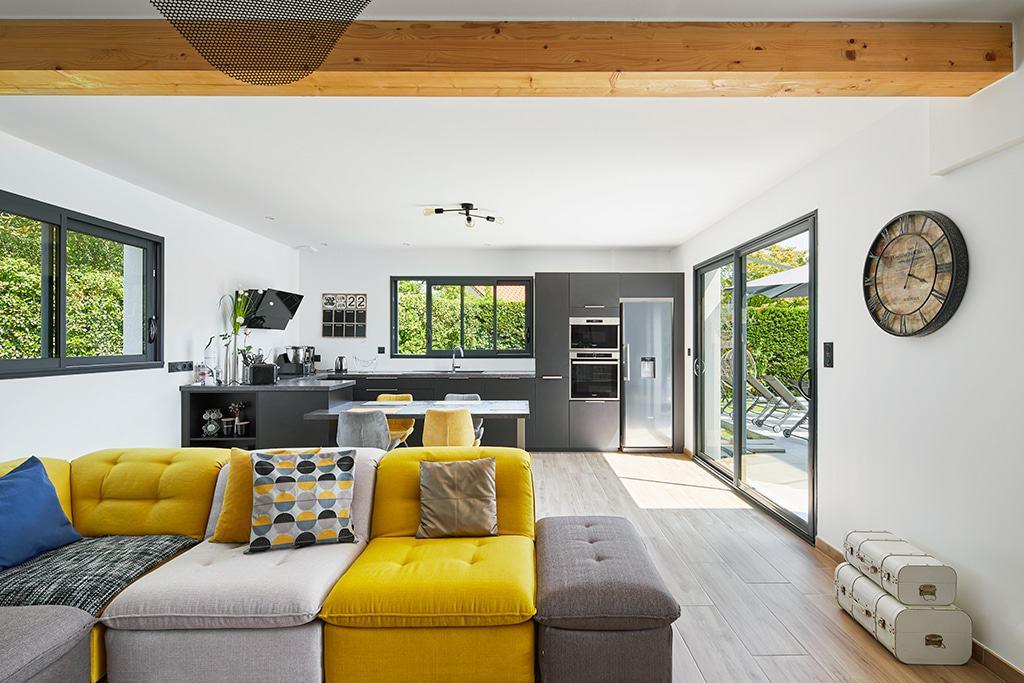 Aménagement intérieur du salon et de la cuisine ouverte - Architecture K.