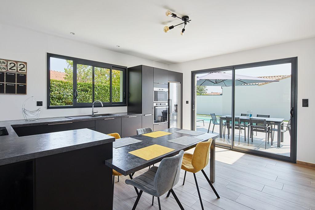 Cuisine ouverte sur la terrasse - Architecture K.