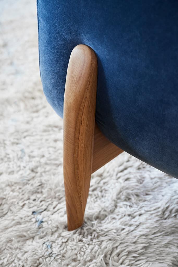 pied de canapé rétro souligné par un velours pour la touche chic