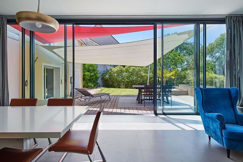 vue de la terrasse et du jardin avec les voiles