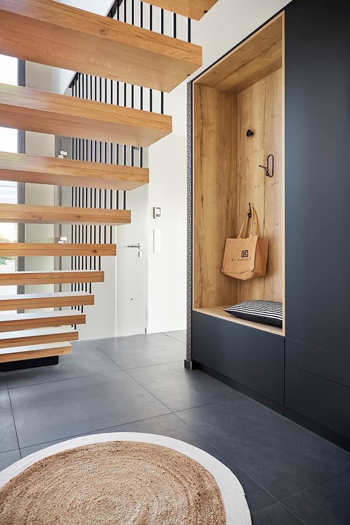escalier et entrée avec agencement sur mesure