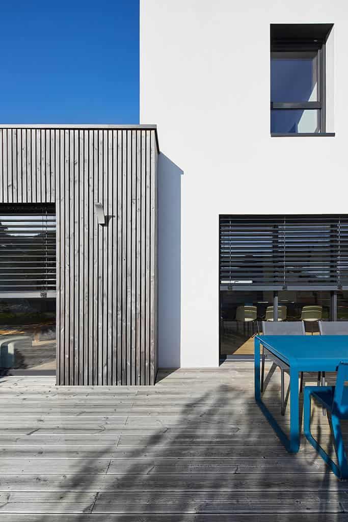 Détail d'architecture au style contemporain avec bardage bois